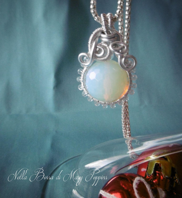 Pendente wire wrapped a sfera in opalite e cristalli, pendente bianco, pendente ghiaccio, pendente inverno, pendente neve di NellaBorsadiMaryPopp su Etsy