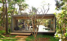 Com formato de caixa, casa em MG usa desnível do terreno e surpreende