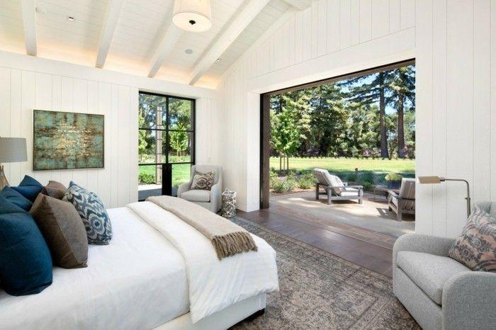 schlafzimmer landhausstil holzbalken helle wände und weiße