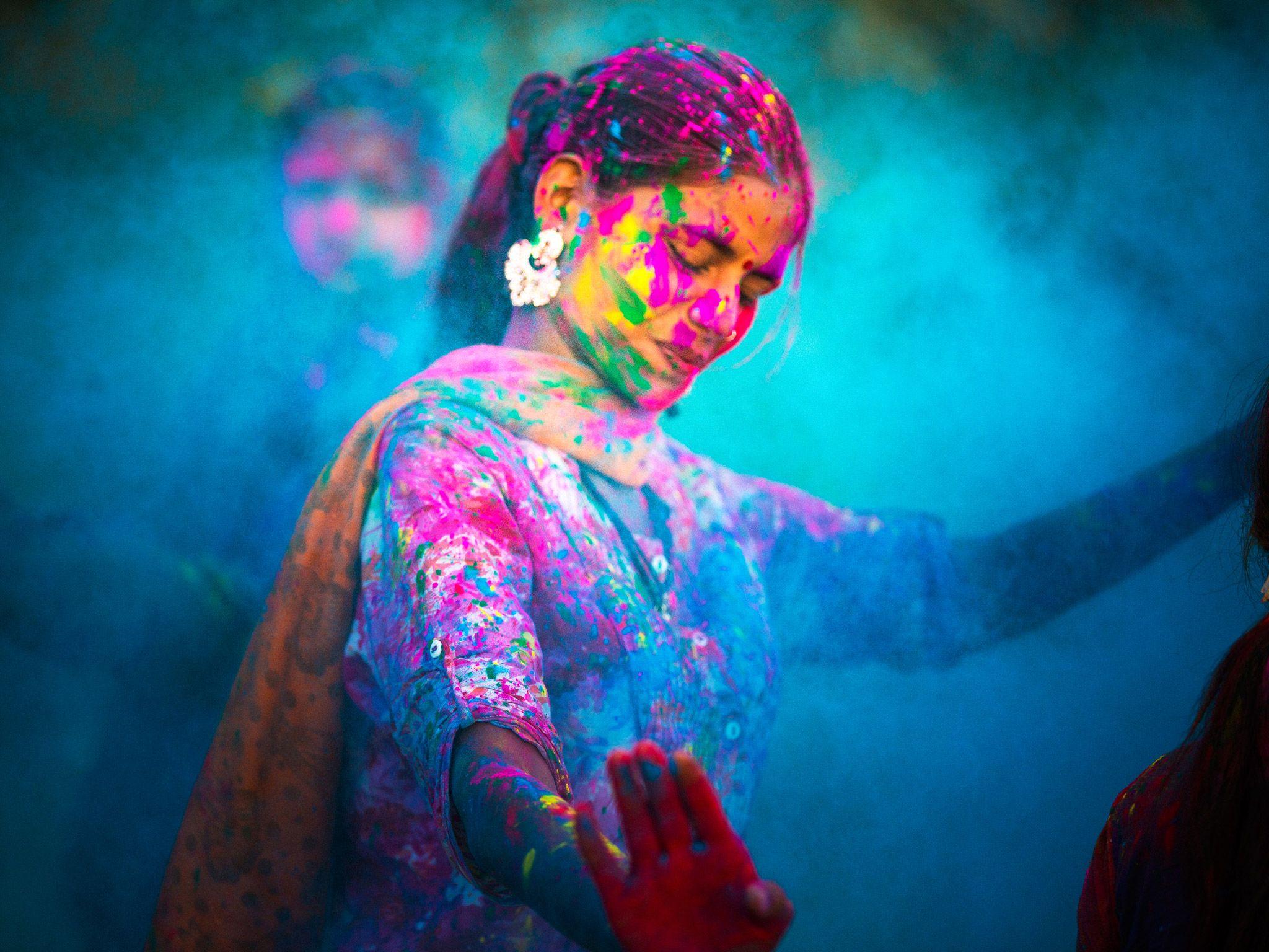 Mujer celebrando el Holi Festival en la India. Imagen de The Story ...