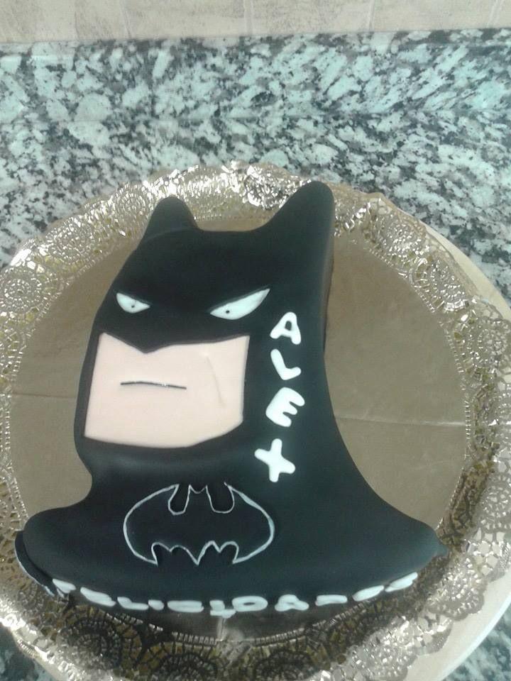 tarta batman, bizcocho de chocolate, rellena de buttercream de nocilla y decorada de fondant