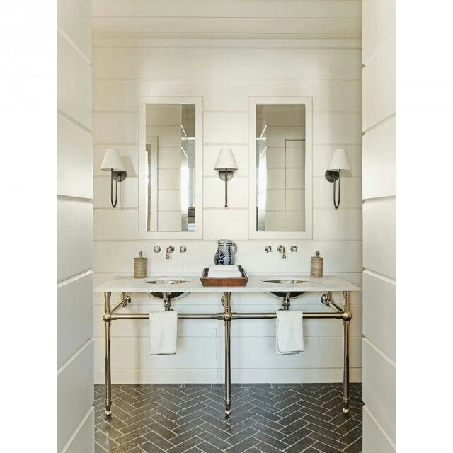 「Ambiente simétrico, cores claras e piso com padronagem geométrica. Esse banheiro com duas pias é muito charmoso e agradável. Quem concorda? #interiores…」
