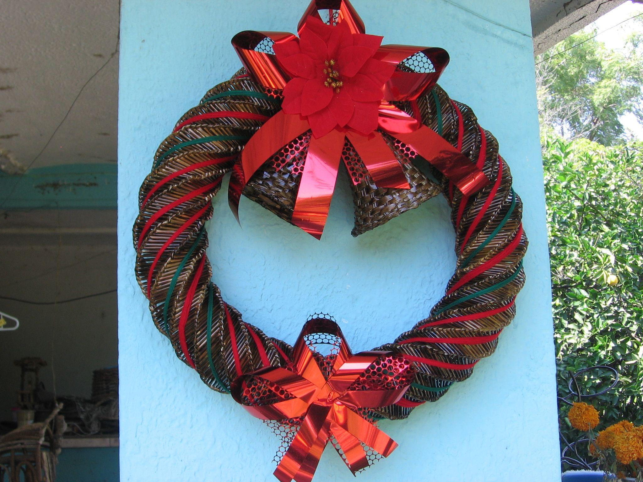 coronas navideñas fabricadas en popote de trigo  estambre de colores flor de tela campanas de petate  celofan  en diferentes colores y medidas envios a todo mexico