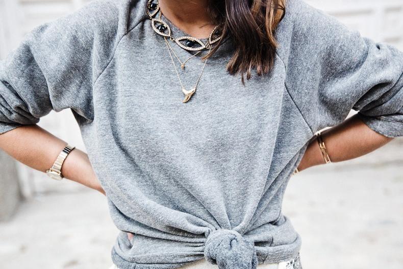 Look en gris y denim para un look cómodo y muy chic