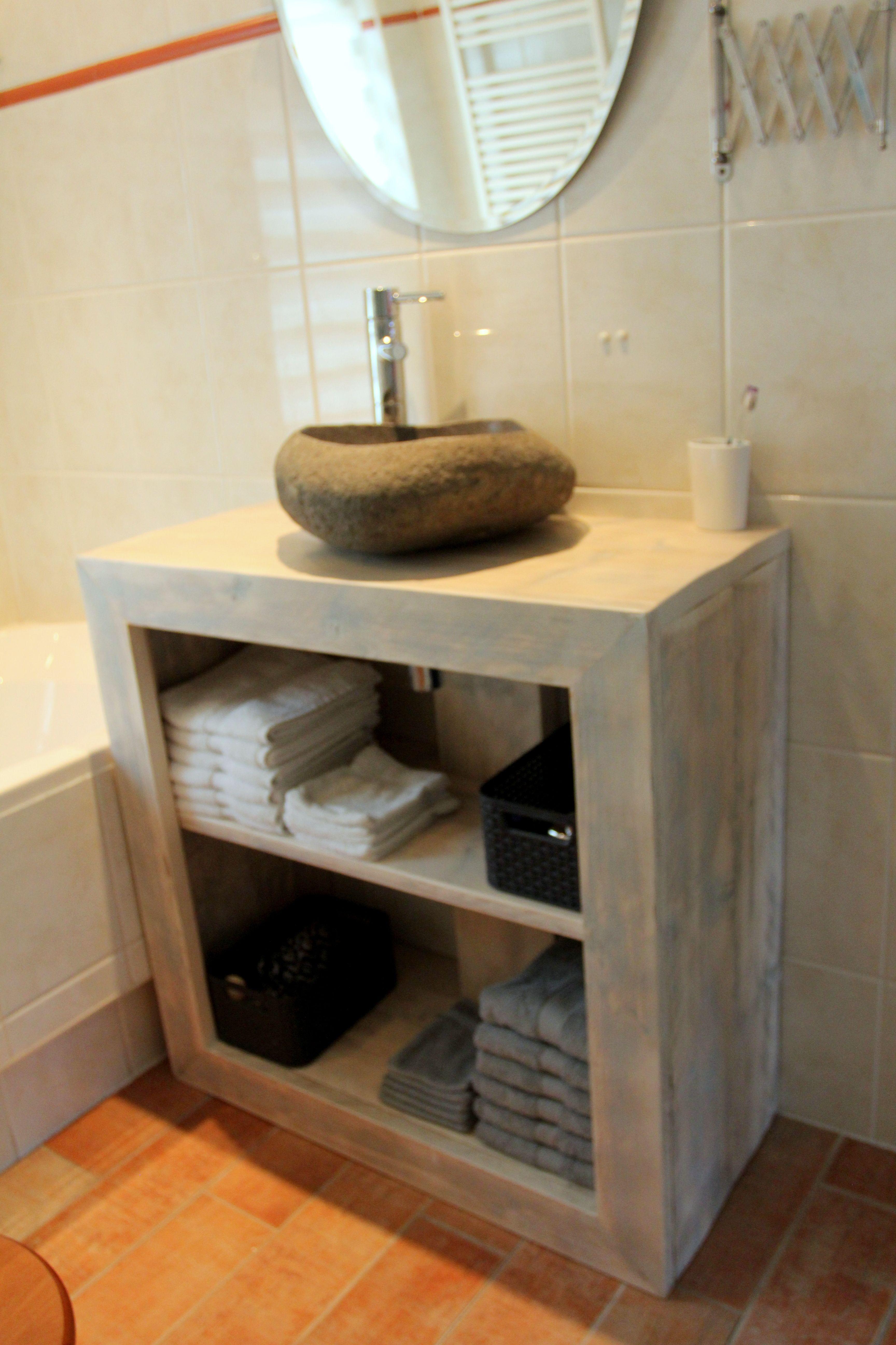 badkamermeubel van steigerhout met kiezel wasbak gemaakt en foto