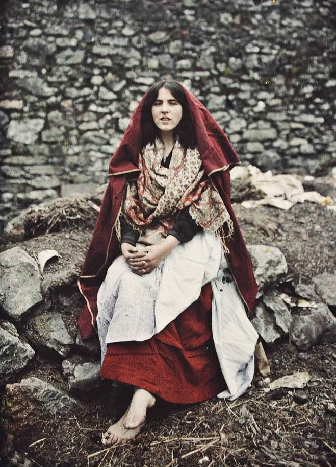 Autochrome of an Irish woman wearing traditional clothes in Claddagh, 1913.