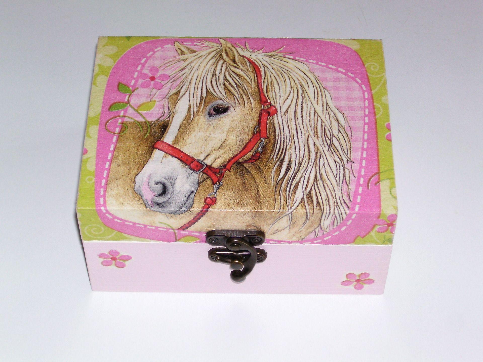 Bo te a bijoux t te de cheval d cor e en serviettage for Decoration boite a bijoux