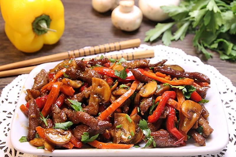 Мясо с овощами стоковое фото. изображение насчитывающей ...