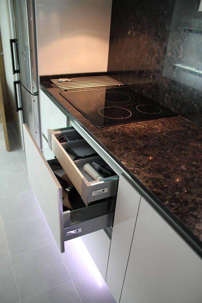 cocinas Diseño de cocinas en Pinto rey gola blanco granito negro