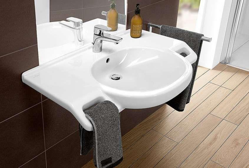 Accesso portatori handicap bagno con maniglioni u foto stock
