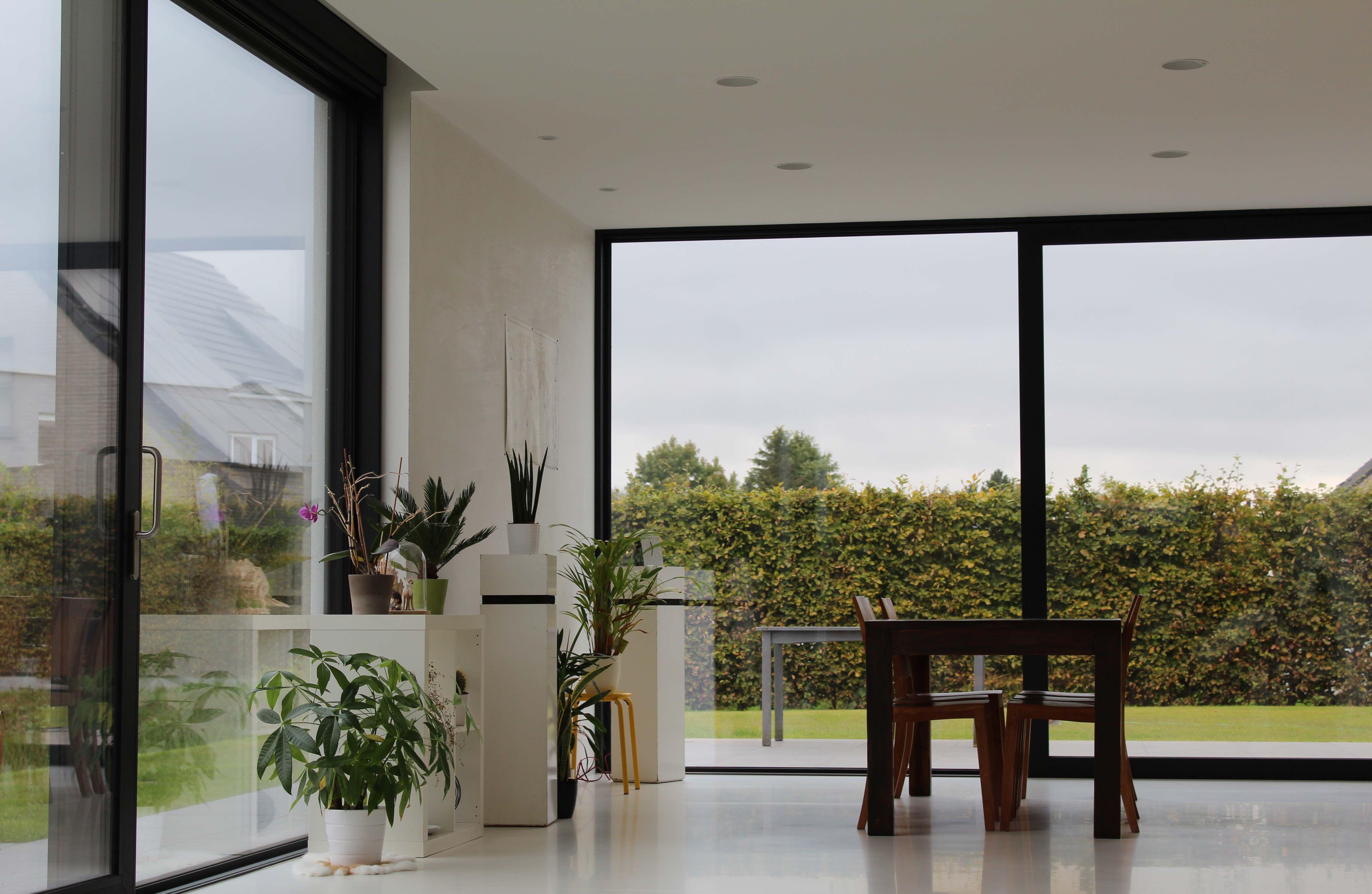 Nieuwbouw vrijstaande woning – Ypsilon architecten, licht & zicht - witte gietvloer - schuiframen