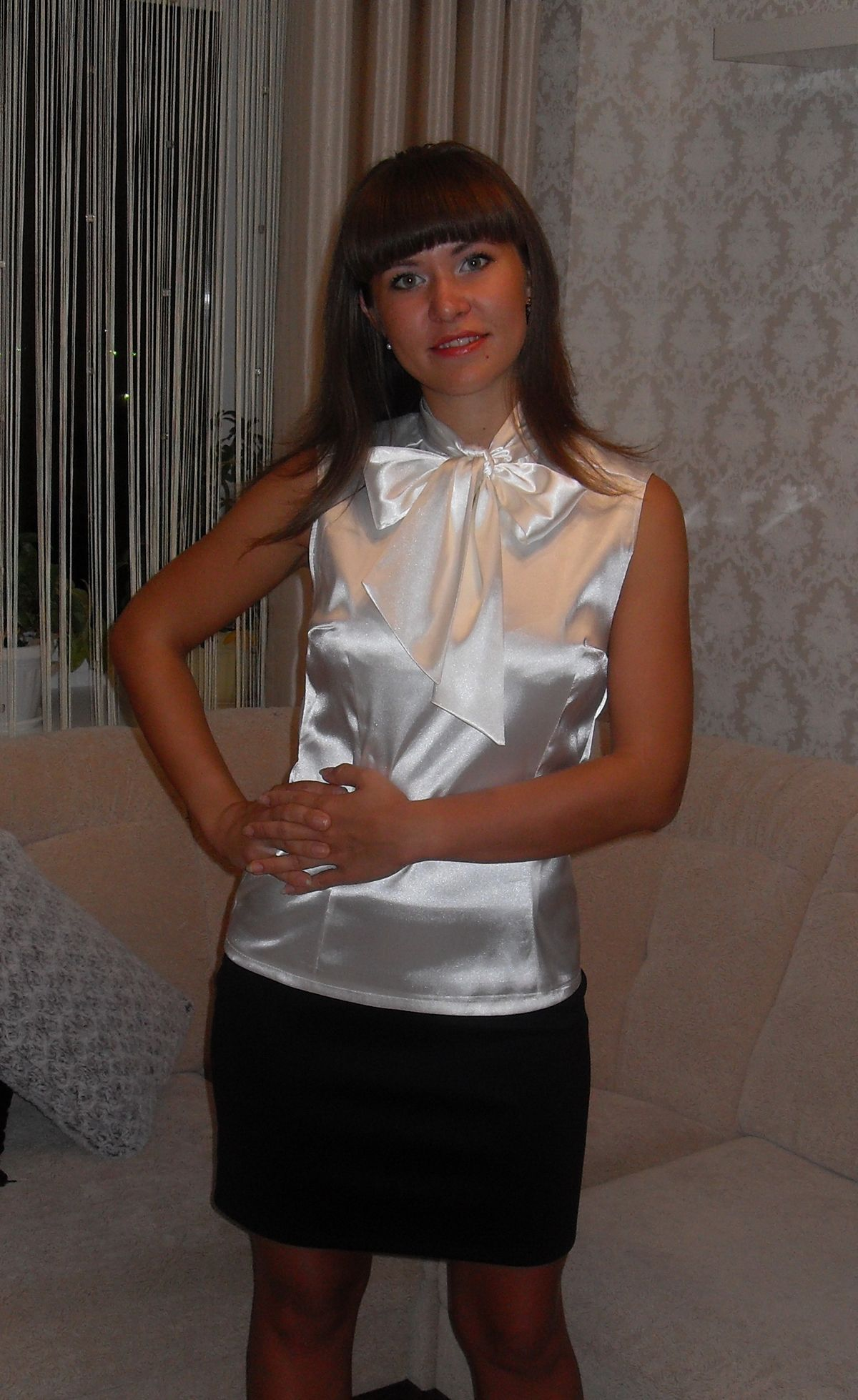 foto de White satin homemade fitted sleeveless blouse with bow