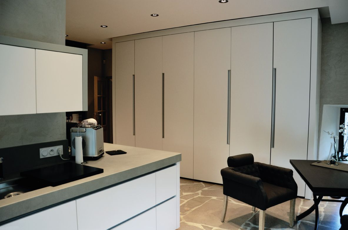 une cuisine moderne au c ur d 39 une chaumi re minimaliste. Black Bedroom Furniture Sets. Home Design Ideas