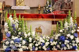Znalezione Obrazy Dla Zapytania Kwiaty Na Oltarz W Kosciele Altar Arrangement Altar Flowers Floral Arrangements