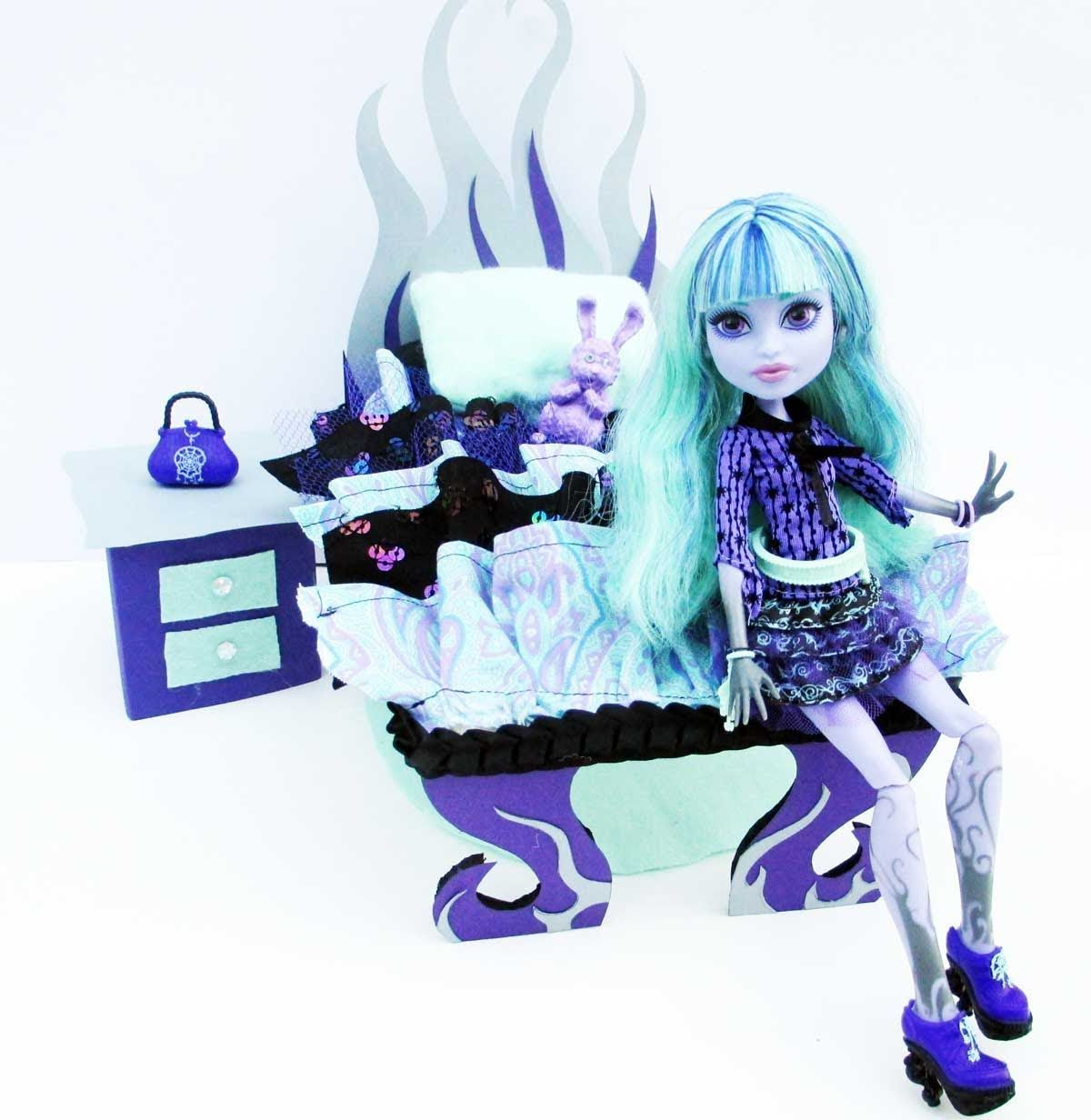 How To Make A Twyla Doll Bed Tutorial Monster High Monster High Dollhouse Monster High Crafts Monster High Beds