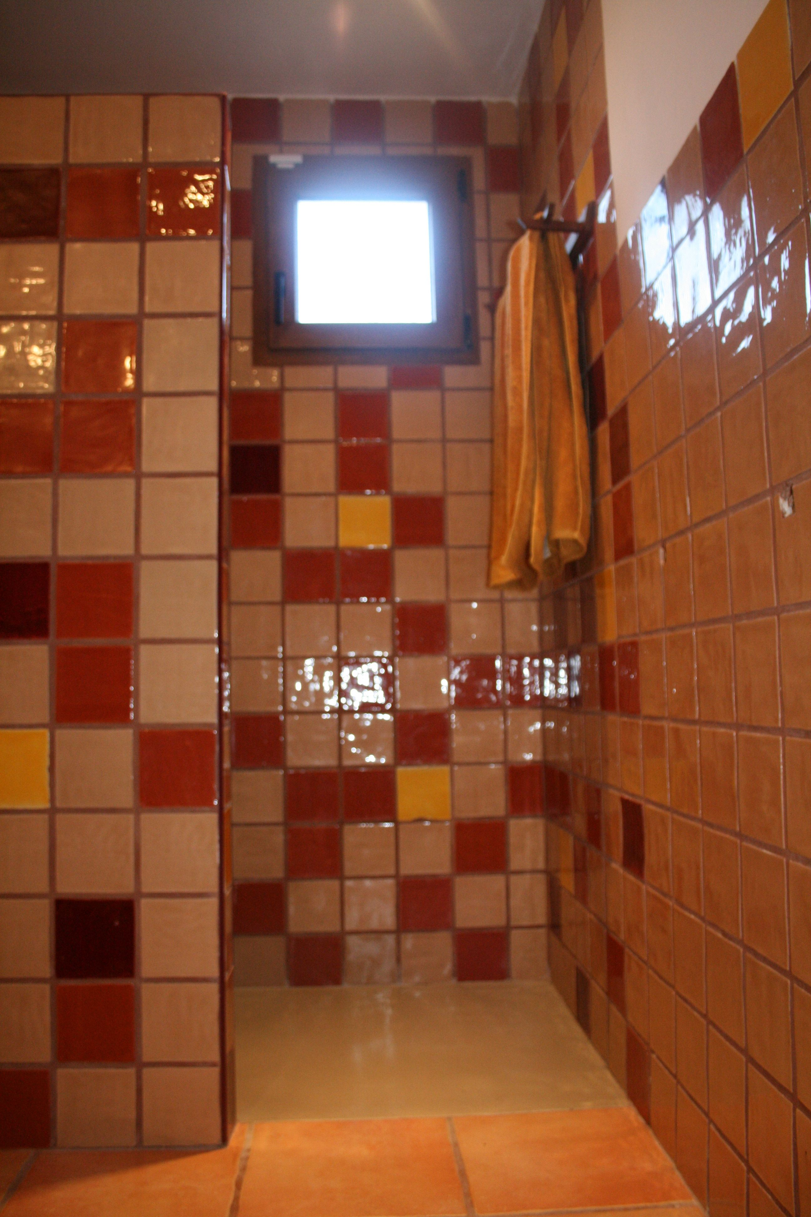 En este ba o han combinado para la ducha nuestros - Azulejos para bano ...