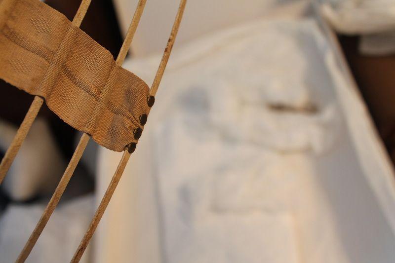 Коллекция А. Приймака. Садясь в таком кринолине, не надо было приподнимать обручи. Каждый обруч сделан из тонкой металлической пластины, наподобие часовой пружины, она плоская, в срезе там прямоугольник.Эту пружину оплетали на специальных станках хлопчатобумажной нитью, а потом женщины собирали кринолины на деревянных формах.