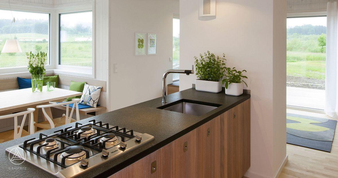 Perfekt geplante Küche und Essbereich im Musterhaus S1 Hochhinaus - küche weiß mit holz