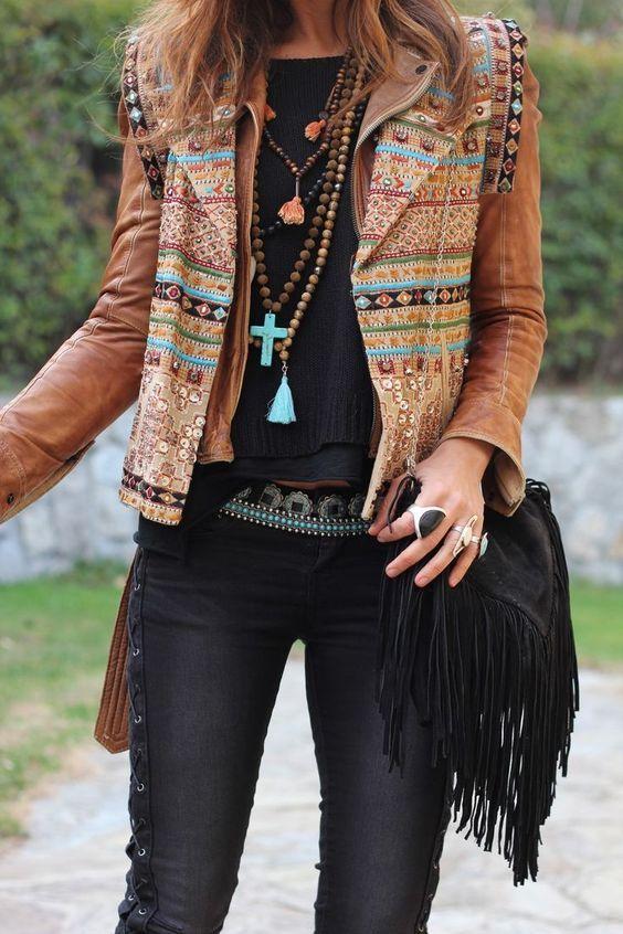 una chica mostrando su chaqueta estilo boho chic tendencia
