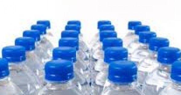 Si bebes agua embotellada deberías saber esto…