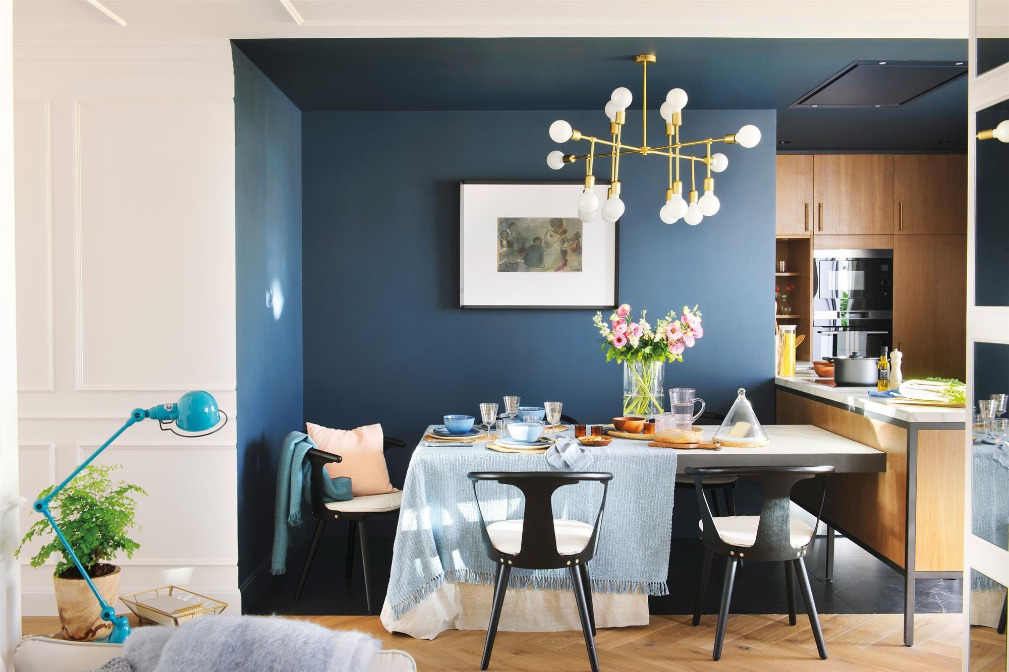 Cocina Con Muebles De Madera Y Paredes Azules Con Mujer Abriendo Horno 00470672b Decoracion De Unas Color De Sala De Estar Decoracion De Interiores