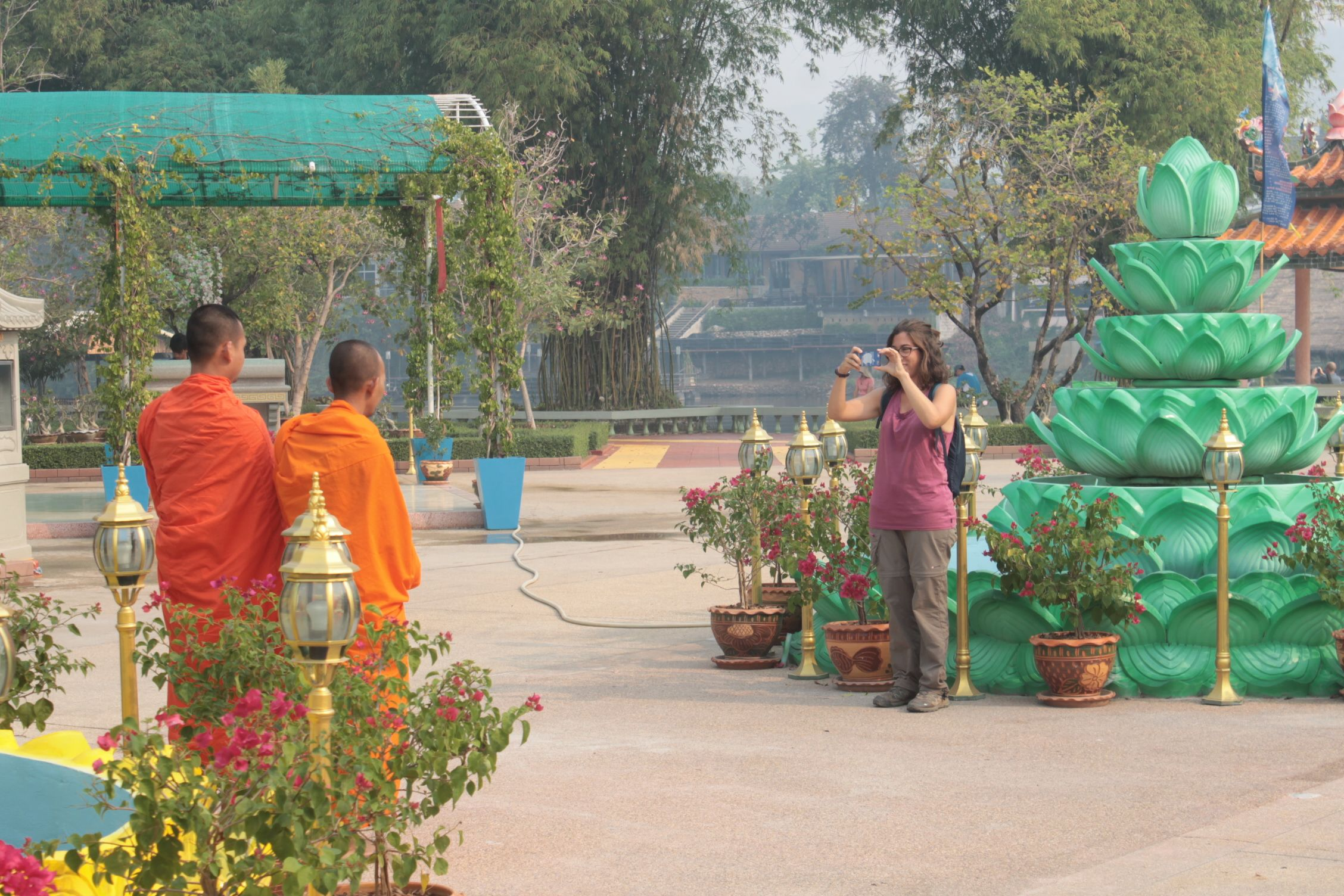 Roser haciendo una foto a unos monjes Bhudistas que hacían turismo