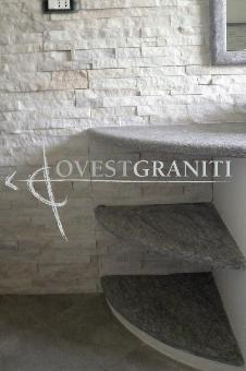 """Top bagno in pietra di luserna """"spazzolata"""", rivestimento parete in marmo cristallino bianco ..."""