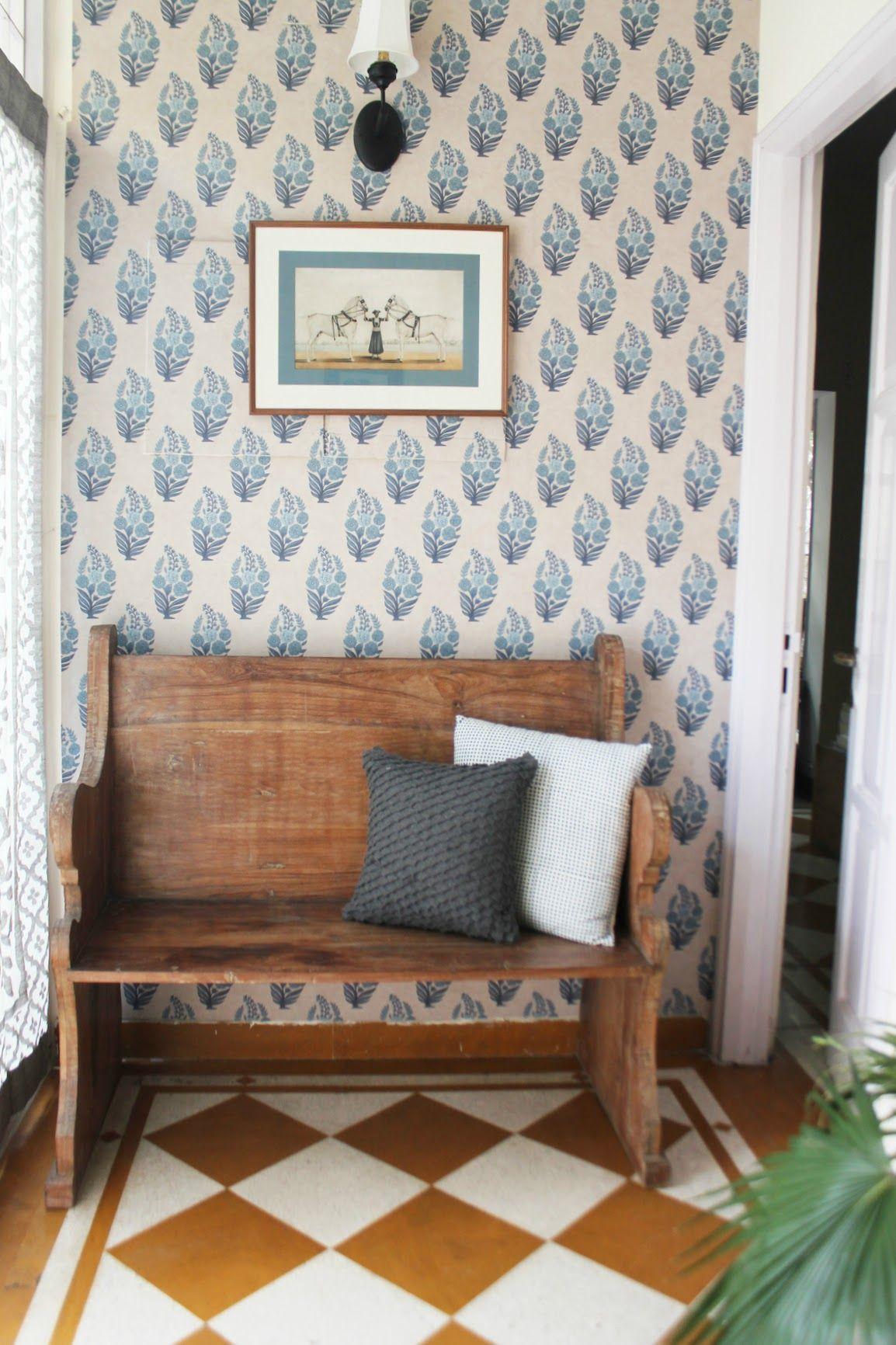 Wohnzimmer des modernen interieurs des hauses in new delhi a calming oasis for two journalists  wohnen