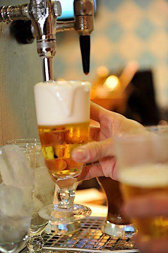 Cerveja gelada sempre é um bom acompanhamento