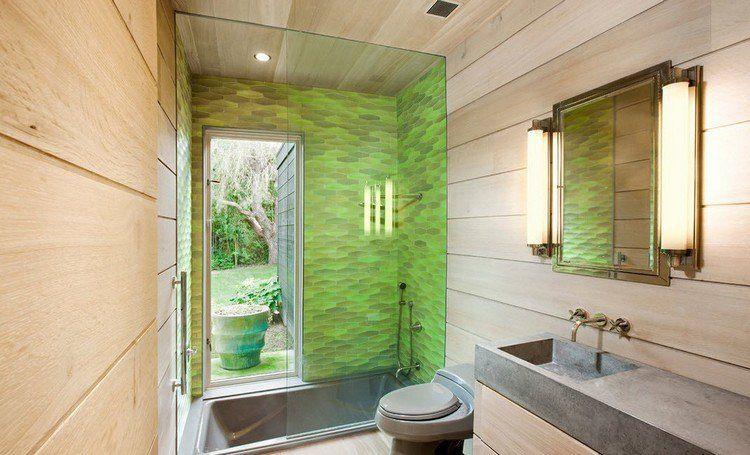 salle de bain simple avec parement mural en bois massif, baignoire ...