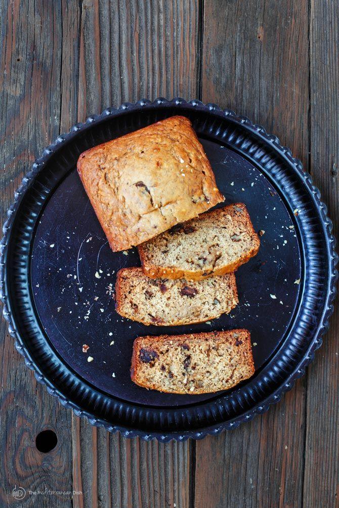 Bananen-Walnuss-Brot (W / Olivenöl) | Die Mittelmeer-Dish.  Gesunde Bananenbrot Rezept mit mediterranem Einschlag!  Hergestellt mit Olivenöl und Honig!  Also ja, es ist Butter frei und zuckerfrei.  Sehr lecker und ernährungs verpackt mit Datteln, Walnüsse und ein paar duftenden Gewürzen.  Holen Sie sich das Schritt-für-Schritt und mehr bei TheMediterraneanDish.Com