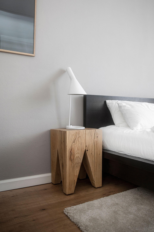 Der Massivholzhocker Als Nachttisch In 2020 Holzhocker Hocker Tisch