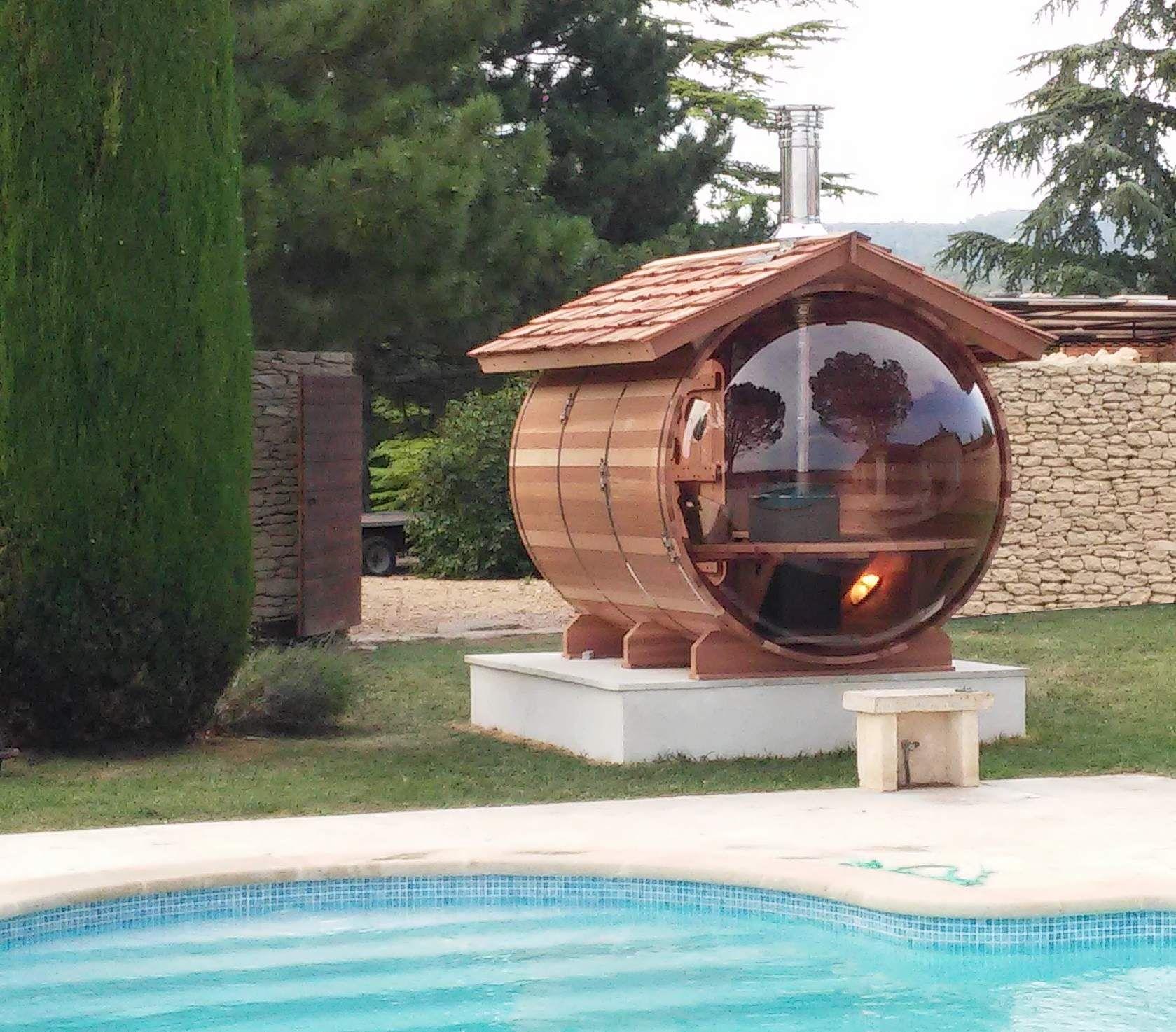 sauna bulle avec cheminée inox sur toit en tavaillons red cedar