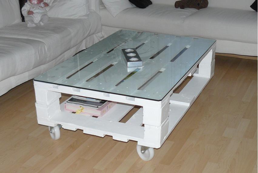 otra mesa de centro con palet esta mas trabajada pintada en blanco con rueditas - Hacer Mesa Con Palet