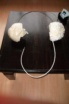 Dit is een koptelefoon met een snoertje die ik heb geprobeerd te maken. Ik heb eerst van het ijzerdraad een goede grootte gemaakt om vervolgens alles goed te buigen. Daarna heb ik ook het snoertje erbij gemaakt, ingetapet en aan elkaar vast gemaakt.