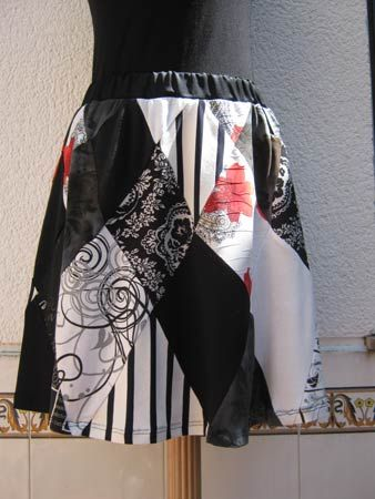 Harlequin skirt made of different t-shirts.  Falda arlequín hecha de diferentes camisetas.