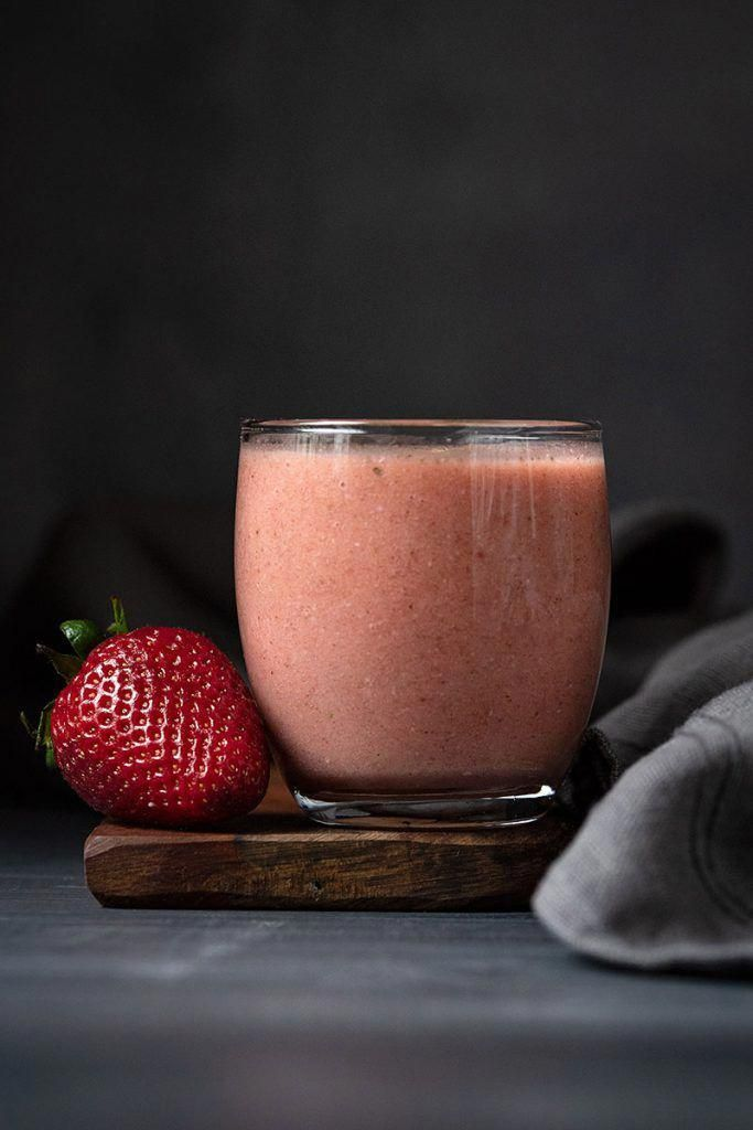 Banana strawberry smoothie recipe (with adaptogens). This banana and strawberry smoothie with oats, nuts and herbs is a healthy and filling breakfast or a tasty snack. #adaptogens #banana #maca powder #recipe #strawberry smoothie #healthy #nettle #fruits #vegan #without yogurt #strawberrysmoothierecipe