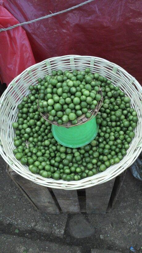 Tomatillos en un chiquihuite del mercado de San Cristóbal de las casas