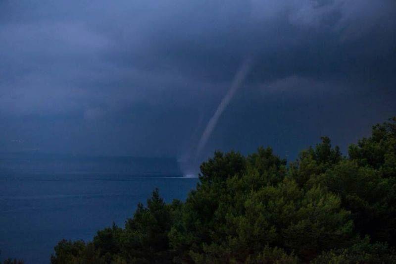 kleiner Tornado über Wasser