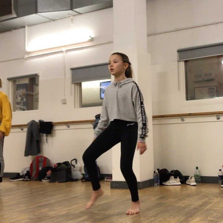LÉANY Officiel -PURPOSETOUR sur Instagram: Amazing Choreo Urban Dance Fusion 💗 by @epicbot9000 ✨ at @pineappledancestudios ✨ Song : SHIVER By : Lucy Rose .  Sweat & Leggings by…