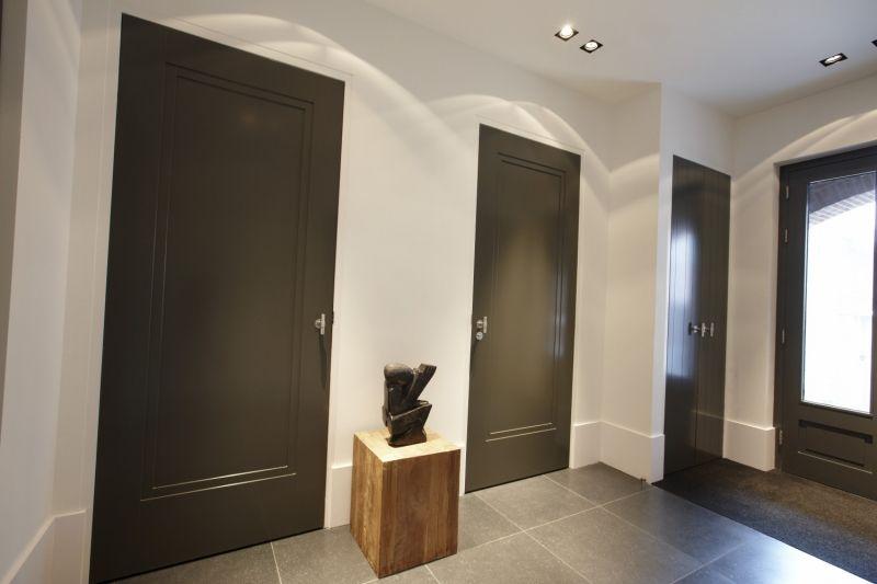 Donkere MDF 1 vaks Deur in witte wand by Frank van den Boomen Deuren - couleur des portes interieur