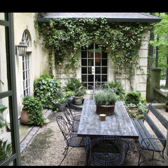 55 Small Urban Garden Design Ideas And Pictures: This Is A Perfect Setting For A Small Family Gathering