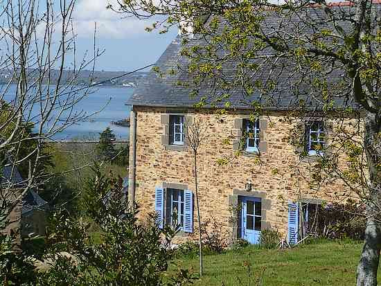 Une petite maison en pierre en bord de mer en Bretagne ↟ n e s t