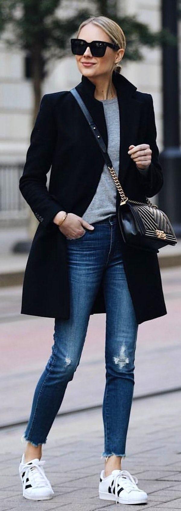 #winter #outfits schwarzer Mantel und graues Hemd mit Rundhalsausschnitt mit blauen Jeans. Bild #jeanjacketoutfits