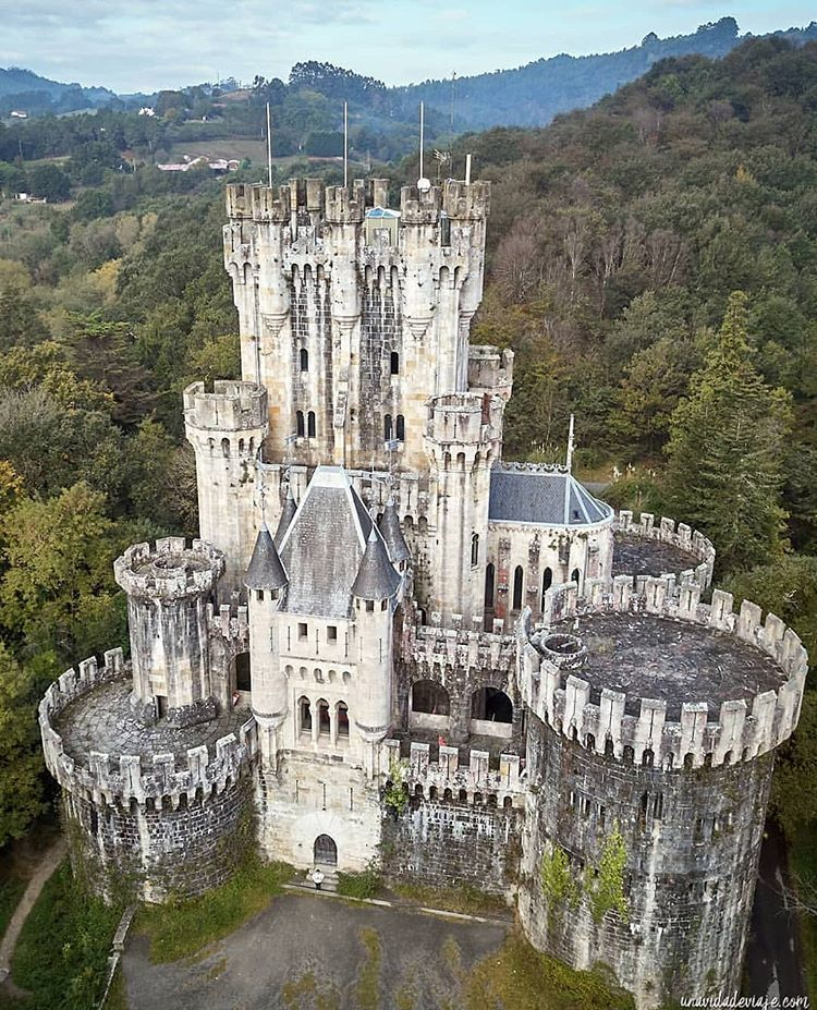Butron Is A Castle Located In Northern Spain It Dates Originally From The Middle Ages Although It Owes I European Castles Abandoned Castles Medieval Castle