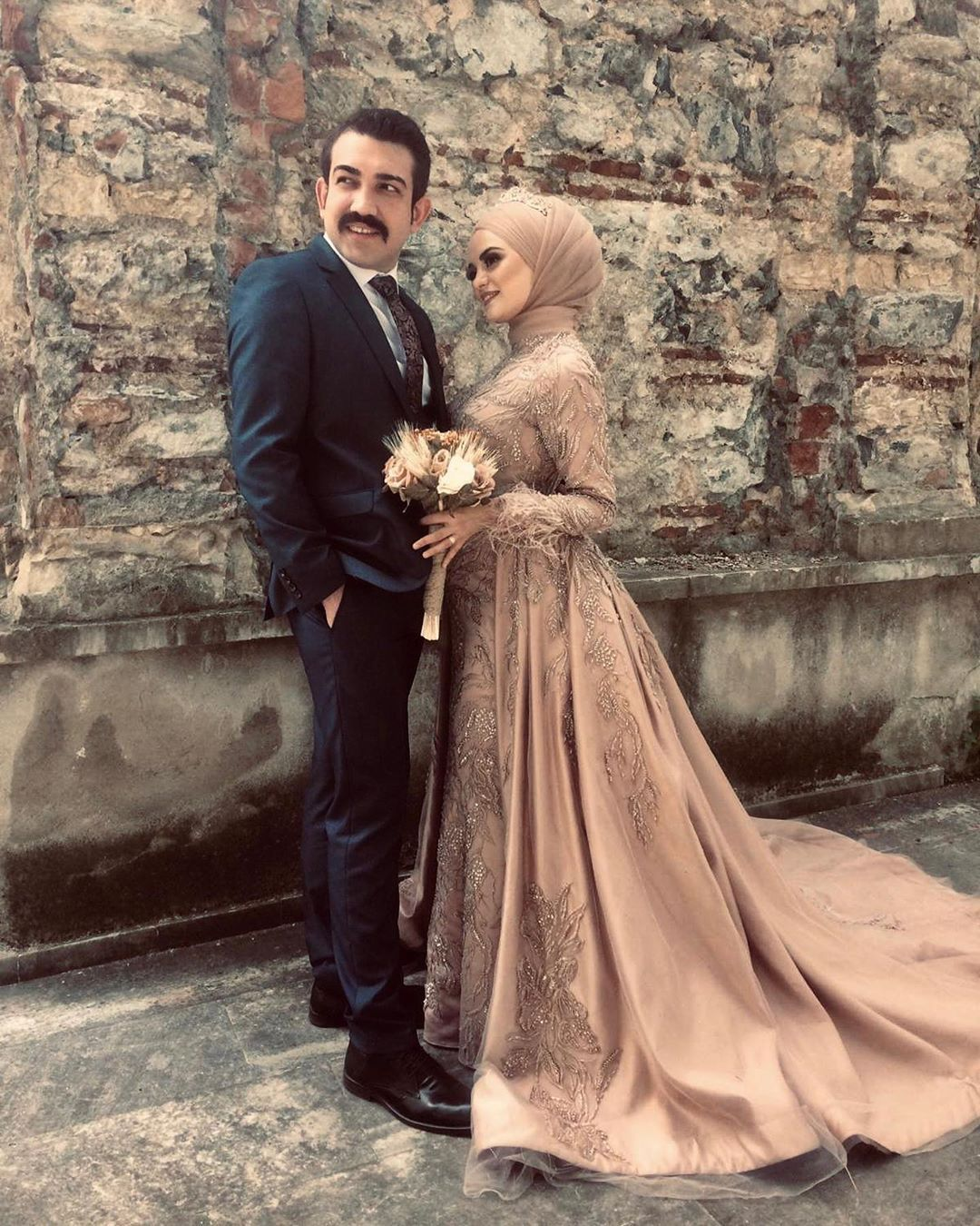 Goruntunun Olasi Icerigi 2 Kisi Ayakta Duran Insanlar Ve Dugun Wedding Dress Sleeves Hijab Wedding Dresses Long Sleeve Evening Dresses