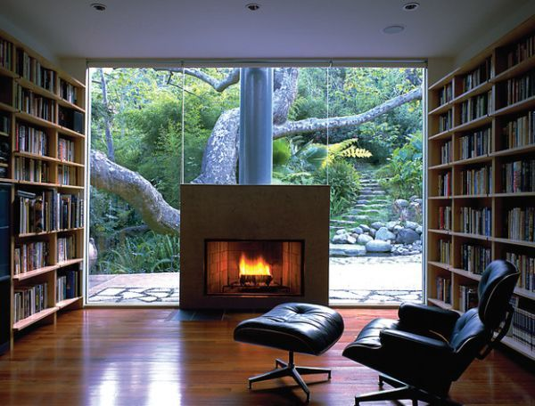 Das Zeitlose Eames Lounge Chair Bequem Feuerstelle Glas Fenster
