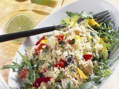 Couscoussalat mit Hähnchen und Rucola | Zeit: 30 Min. | http://eatsmarter.de/rezepte/couscoussalat-mit-haehnchen-und-rucola