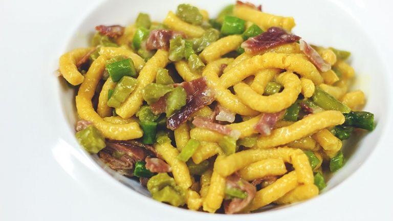 Passatelli asciutti con pancetta, asparagi e scalogno