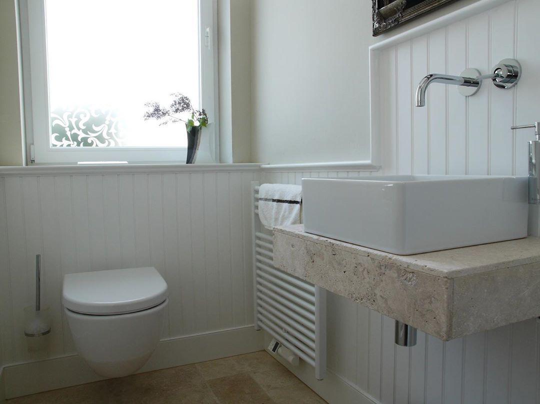 Ein Badezimmer Mit Wandpaneelen Wir Lieben Die Ruhige Atmosphare Die Es Ausstrahlt Ihr Auch Wandpaneel Panellin Wandpaneele Badezimmer Badgestaltung